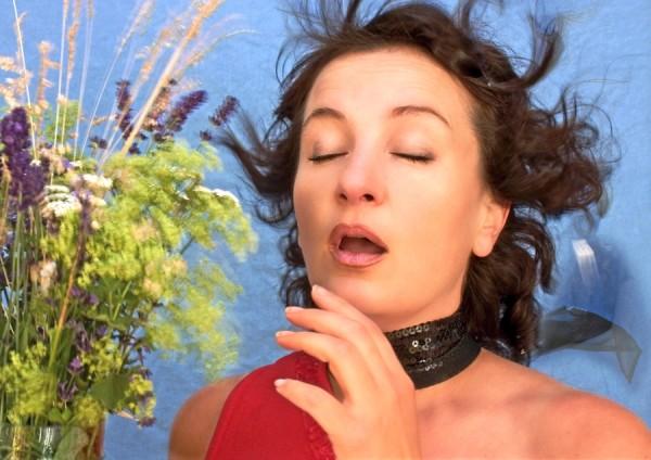 Obrzęknięta błona śluzowa nosa, lejący katar i łzawiące oczy to objawy kataru. Jak leczyć się środkami homeopatycznymi? // fot. Fotolia